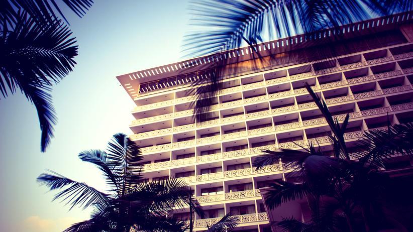 Tourismus: Es kommt immer auf den Bildausschnitt an: Das Phoenicia sieht hier wie ein Hotel unter Palmen aus – die zerschossene Ruine des Holiday Inn dahinter ist schön verdeckt.
