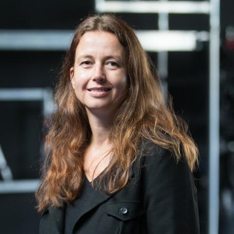 """Schüleraustausch: Dagrun Hintze wurde 1971 in Lübeck geboren und lebt seit fast 20 Jahren als Autorin und Theatermacherin in Hamburg. 2017 erschien ihr Essayband """"Ballbesitz - Frauen, Männer und Fußball"""" im mairisch Verlag, 2018 folgte der Lyrikband """"Einvernehmlicher Sex"""" bei Minimal Trash Art. Sie ist Gastautorin von """"10 nach 8""""."""