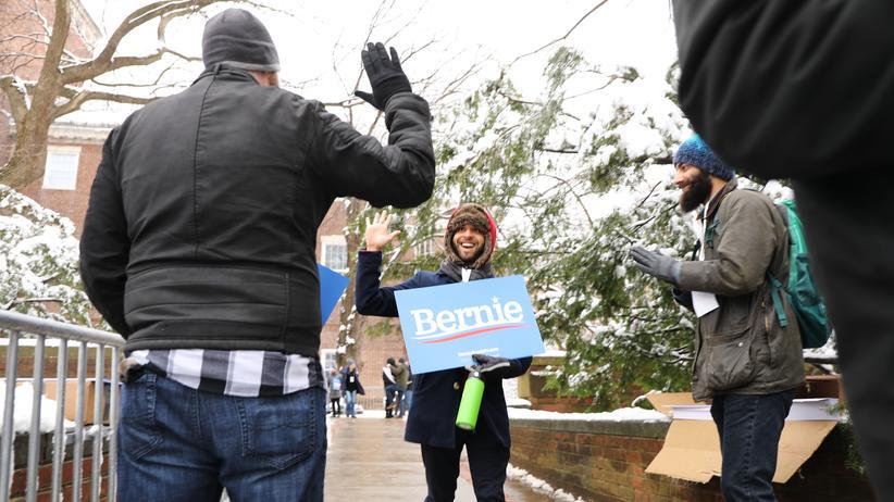 Sozialismus: Alter, gib mir fünf Gründe, warum der Kapitalismus doof ist: Anhänger von Bernie Sanders bei einer Wahlkampfveranstaltung am Brooklyn College Anfang März