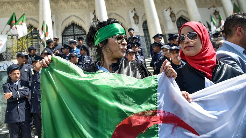Algerien: Zwei algerische Frauen demonstrieren am 13. April vor dem Justizministerium in Algier für die Unabhängigkeit des Rechtsapparats.