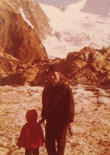 Gabriel Bach: Gabriel Bach mit seiner Tochter im roten Mantel.