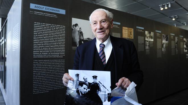 """Gabriel Bach: 2011 zeigte Gabriel Bach bei einem Besuch der Ausstellung """"Der Prozess – Adolf Eichmann vor Gericht"""" in der Berliner Topographie des Terrors ein Bild, auf dem man ihn vor dem Angeklagten sieht."""