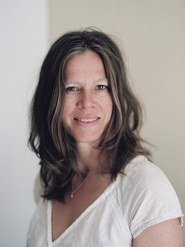 """Gesine Grotrian entwickelt, zeichnet und gestaltet ungewöhnliche Kinder- und Jugendbücher gemeinsam mit den Heranwachsenden. Sie arbeitet als Designerin und Familientherapeutin, das Gemeinsame ist das Zuhören, um dem Anderen zu seiner Gestalt zu verhelfen. Sie ist Gastautorin von """"10 nach 8""""."""