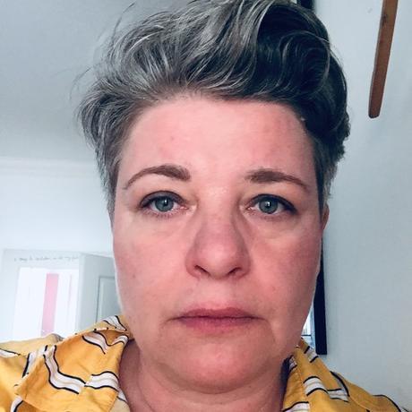 """Robert Lembke: Linda Benedikt wurde 1972 in München geboren. Sie studierte Politik in England und Israel und arbeitete viele Jahre als freie Journalistin. Seit 2010 steht sie mit dem politischen Musikkabarett Reality Check auf der Bühne. 2012 veröffentlichte sie ihren Essay """"Israel – A love that was. Die Geschichte einer Entzauberung"""", 2013 die Erzählung """"Eine kurze Geschichte vom Sterben"""", 2015 erschien der Roman """"Der Rest ihres Lebens"""". Linda Benedikt lebt zurzeit in München. Sie ist Gastautorin von """"10 nach 8""""."""