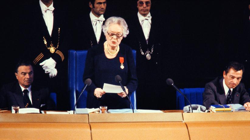 Frauen in Europa: Die Französin Louise Weiss als Alterspräsidentin während der Eröffnungsrede der ersten Europäischen Parlamentssitzung 1979