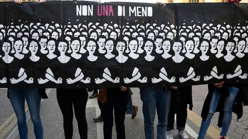 """Italien: Aktivistinnen von """"Non Una di Meno"""" protestierten am 30. März in Verona während des """"World Congress of Families""""."""