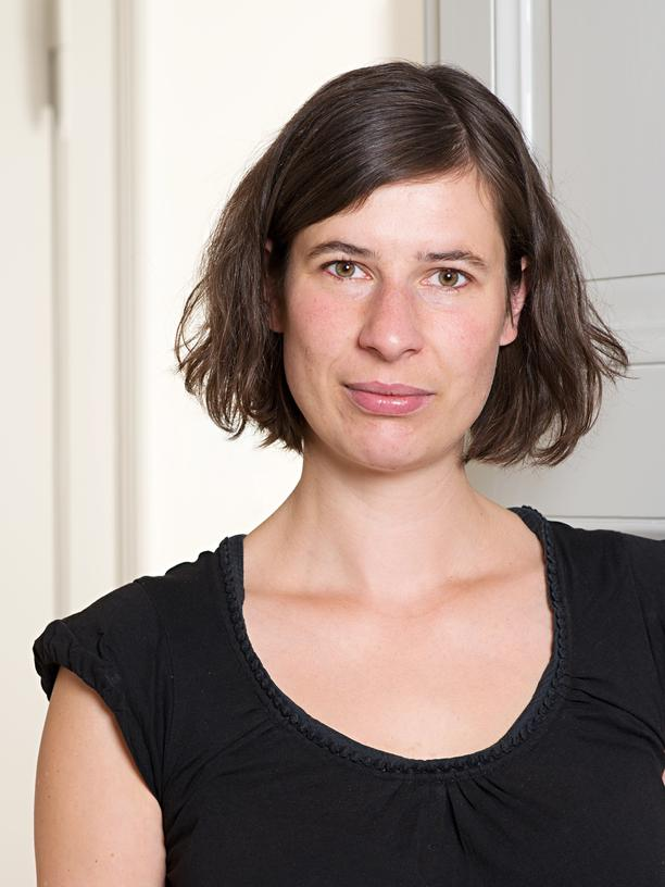 Lisa Vollmer ist wissenschaftliche Mitarbeiterin am Institut für Europäische Urbanistik der Bauhaus-Universität Weimar. Sie hat zur Berliner und New Yorker Mieter*innenbewegung promoviert. Ihre Forschungsinteressen sind Wohnungspolitik, Stadtforschung und soziale Bewegungsforschung.