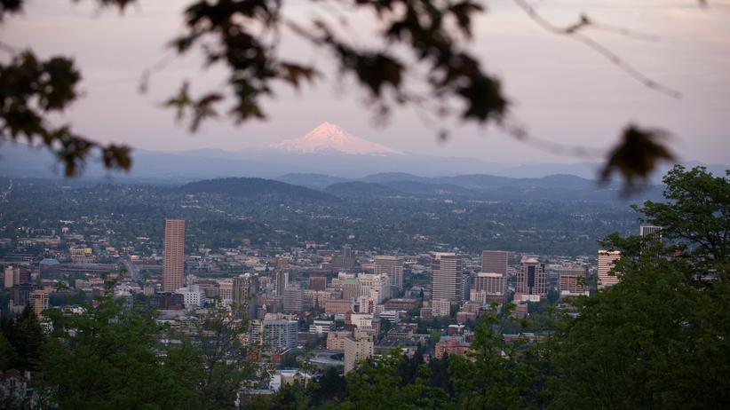 Portland, sehr grün. Am Horizont der ewig schneebedeckte Mount Hood.