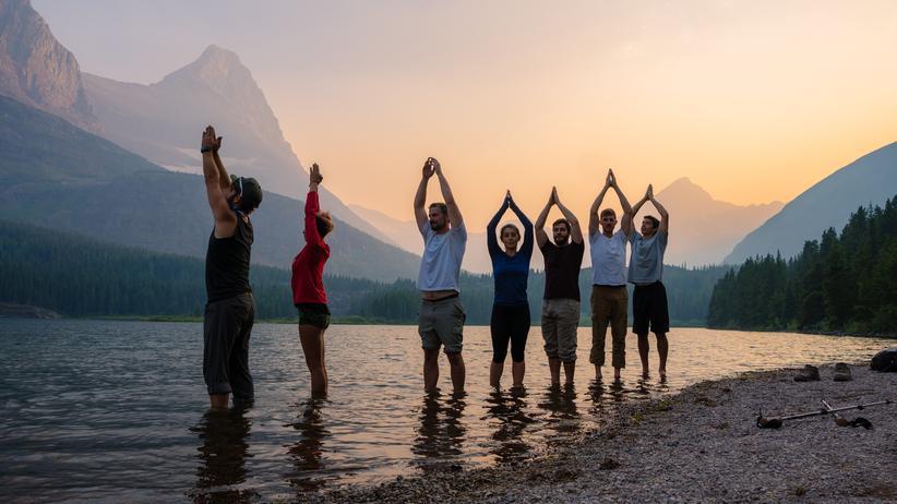 Buddhismus und Nationalsozialismus: Yoga in idyllischer Kulisse, ein Bild größter Gelassenheit: Dieses Foto wurde im Glacier-Nationalpark im US-Staat Montana aufgenommen.