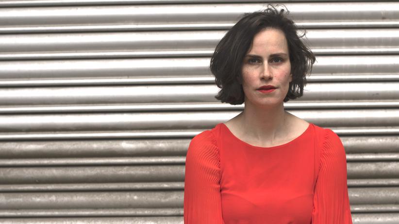 """Versagensängste: Saralisa Volm (*1985) ist Schauspielerin, Filmemacherin und Autorin. Seit 2015 produziert sie mit ihrer Firma POISON eigene Filme und Kulturprojekte. 2014 erschien ihr Buch """"Mamabeat"""". 2019 initiierte sie den Instagram-Account @365_imperfections, der sich dem täglichen Scheitern widmet. Sie ist Gastautorin von """"10 nach 8""""."""