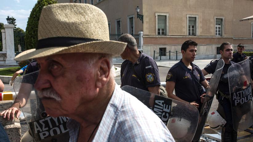 Kapitalismus: Ein Gewerkschaftsmitglied vor Polizisten während einer Antiausteritätsdemonstration in Athen, 2017