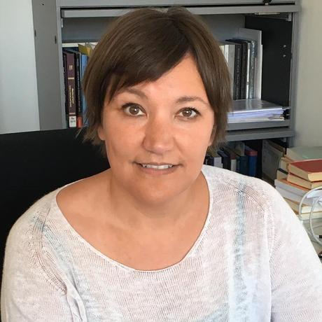 """Katharina Wesselmann (*1976) war 14 Jahre lang Latein- und Griechisch-Lehrerin in Basel, wo sie sich über Homers """"Ilias"""" habilitierte. Seit 2019 ist sie Professorin für Didaktik der Alten Sprachen an der Christian-Albrechts-Universität zu Kiel. Sie ist Gastautorin von """"10 nach 8""""."""
