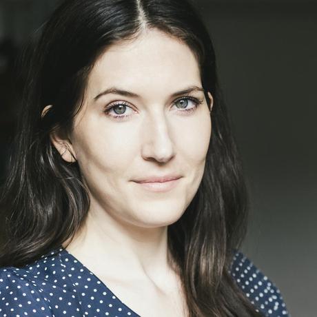 """Kulturdebatten auf Twitter: Antonia Baum lebt in Berlin und studierte dort Literaturwissenschaft und Geschichte. Sie schreibt Romane (""""Vollkommen leblos, bestenfalls tot"""", 2011, """"Ich wuchs auf einem Schrottplatz auf, wo ich lernte mich von Radkappen und Stoßstangen zu ernähren"""" (2015), """"Tony Soprano stirbt nicht"""", 2016) und veröffentlichte zuletzt den feministischen Essay """"Stillleben"""". Von 2012 bis 2016 war sie Redakteurin im Feuilleton der """"Frankfurter Allgemeinen Sonntagszeitung"""", inzwischen arbeitet sie als Autorin des ZEIT-Feuilletons. Sie ist Gastautorin von """"10 nach 8""""."""