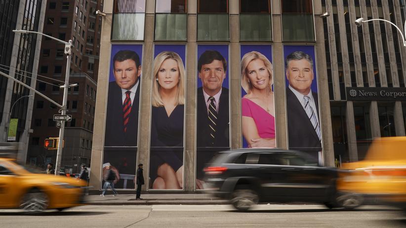 Fox News: Die Stars von Fox News prangen auf der Konzernzentrale der News Corporation in Manhattan. Von rechts: Sean Hannity, Laura Ingraham und Tucker Carlson – Martha MacCallum und Bret Baier daneben sind eher klassische Nachrichtenleute.