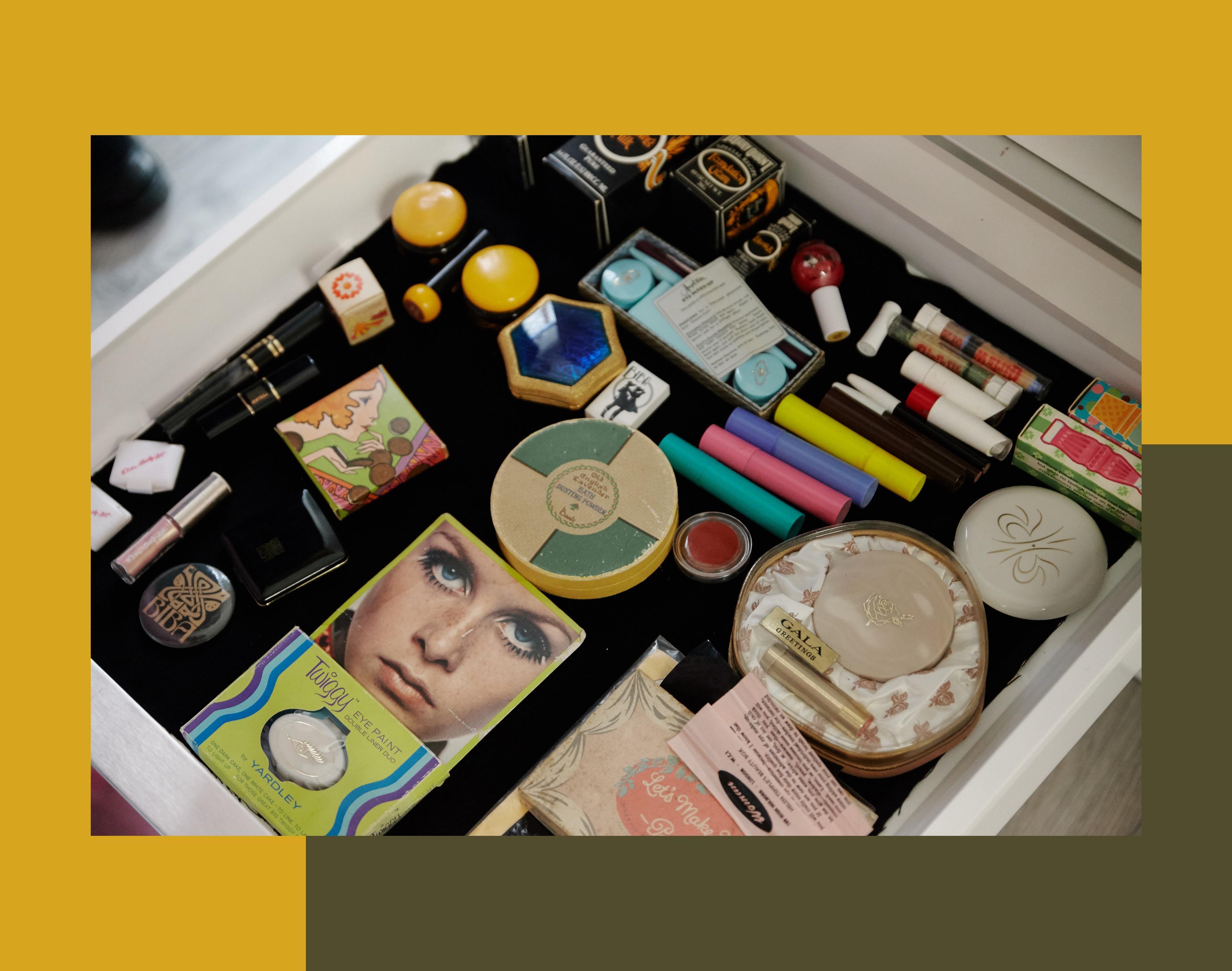 Lisa Eldridge: Die Schminktäschchen der 1970er Jahre in einer Schublade. Das britische Topmodel Twiggy (unten im Bild) bekam zu dieser Zeit seine eigene Lidschattenlinie.