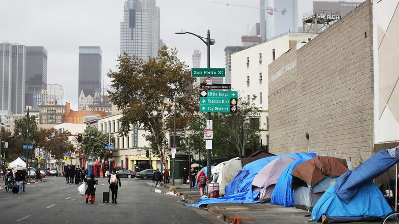 Obdachlosigkeit: Obdachlose Menschen zelten auf den Straßen von Skid Row in Los Angeles.