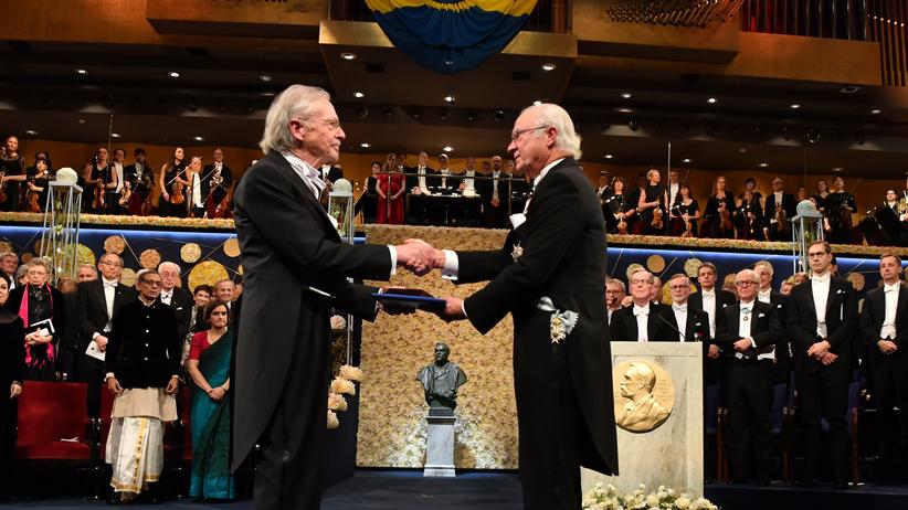 Literaturnobelpreis: Peter Handke (links) erhält den Nobelpreis von König Carl XVI. Gustaf in Stockholm.