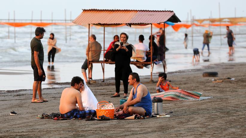 Iran: Picknick unter Freunden: Menschen im Sommer 2019 am Strand der Stadt Izadshahr am Kaspischen Meer