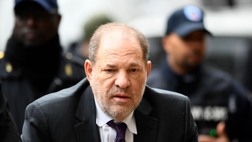 MeToo: Der ehemalige Filmproduzent Harvey Weinstein betritt das Gericht für Kriminalfälle in New York: Dem einst Einflussreichen Filmemacher in Hollywood wird sexueller Missbrauch vorgeworfen.