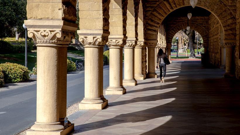 Coronavirus-Maßnahmen: Und plötzlich ist (fast) niemand mehr zu sehen: Normalerweise sind die Wege um diese Zeit gut gefüllt, rund 16.000 Menschen studieren in Stanford.