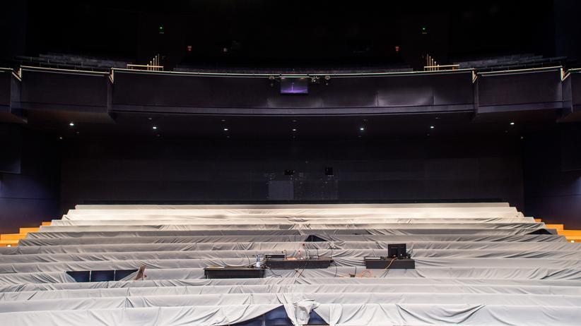 Kulturpolitik: Tuch drüber, über den Zuschauerraum: Das Opernhaus des Theaters Magdeburg ist wie alle Bühnen in Deutschland vorübergehend geschlossen.