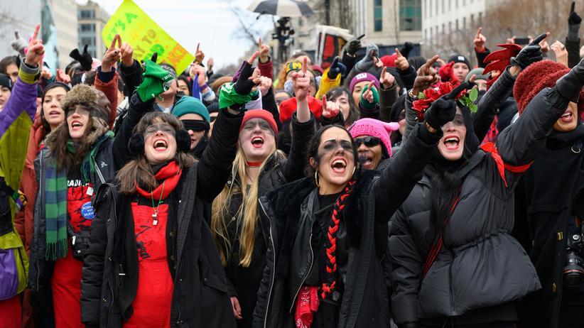 Las Tesis: Das chilenische Kollektiv Las Tesis tanzt mit seiner feministischen Botschaft längst auf den Straßen der ganzen Welt. Hier am 18. Januar beim Women's March in Washington, D.C.