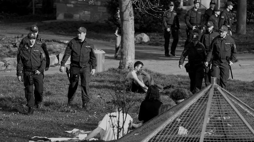Demokratie: Der Staat kontrolliert seine Bürgerinnen und Bürger, und die verhalten sich: Szene in einem Park in Stuttgart am 19. März