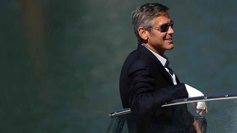 Filmfestspiele Venedig: Elegant, trotz Handverletzung: der Schauspieler George Clooney