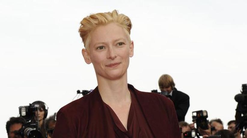 Kino: Tilda Swinton im Blitzlichtgewitter bei den Filmfestspielen von Cannes im Mai