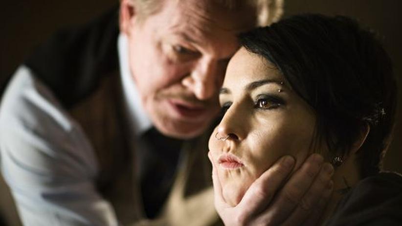 Lisbeth Salander (Noomi Rapace) wird von ihrem Vormund Nils Bjurman (Peter Andersson) bedrängt