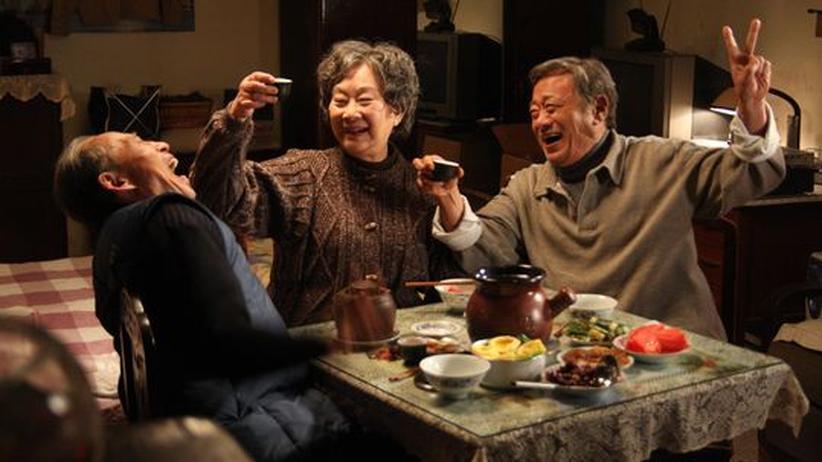 """Berlinale-Eröffnungsfilm """"Apart Together"""": Am Esstisch verhandeln die drei Protagonisten in """"Apart Together"""" über ihre Beziehungen"""