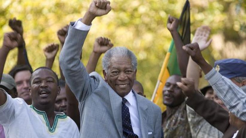 """Sportfilm """"Invictus"""": Verblüffend ähnlich: der amerikanische Schauspieler Morgan Freeman spielt Nelson Mandela"""