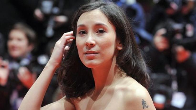 Sibel Kekilli: Versucht nach vorne zu schauen: Die Schauspielerin Sibel Kekilli auf dem roten Teppich der Berlinale 2009