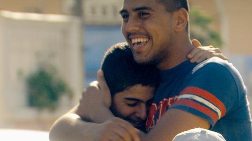 """Film aus Israel: Unter Brüdern: Nasri (Fouad Habash) und sein großer Bruder Omar (Shahir Kabaha) in """"Ajami"""""""