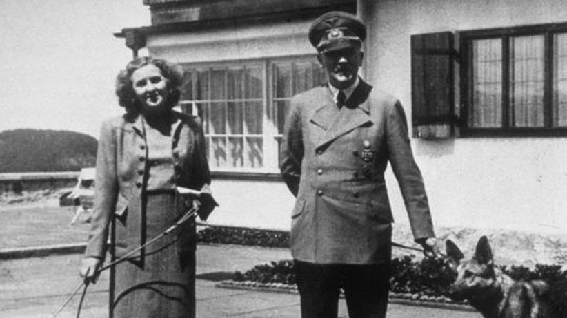 Hitler und Eva Braun: Eva Braun und Adolf Hitler circa 1940 in Berchtesgaden