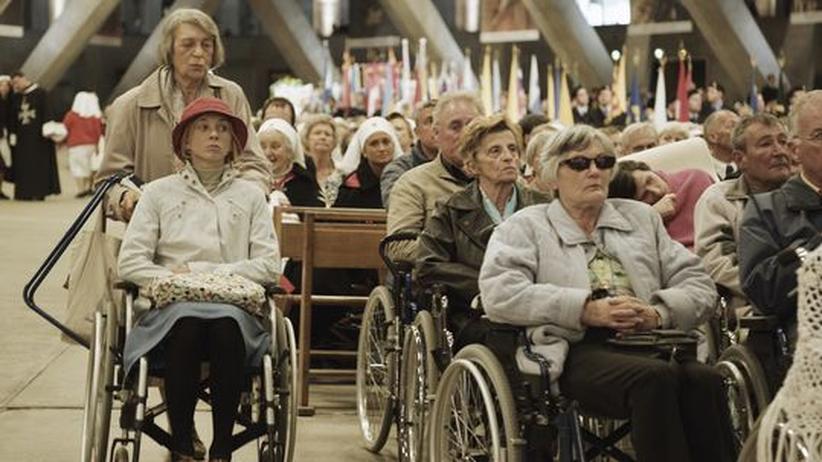 """Film """"Lourdes"""": Jessica Hausner hat ganz unaufgeregt die Pilgerfahrt von Christine (Sylvie Testud, links im Rollstuhl) nach Lourdes verfilmt."""