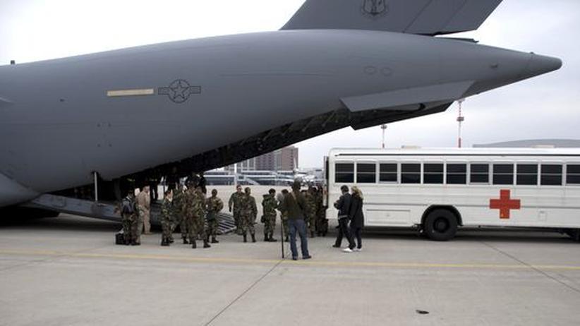 """Dokumentarfilm """"Der innere Krieg"""": Ein Krankenwagen des US-Militärkrankenhauses in Landstuhl empfängt die verletzten Soldaten"""
