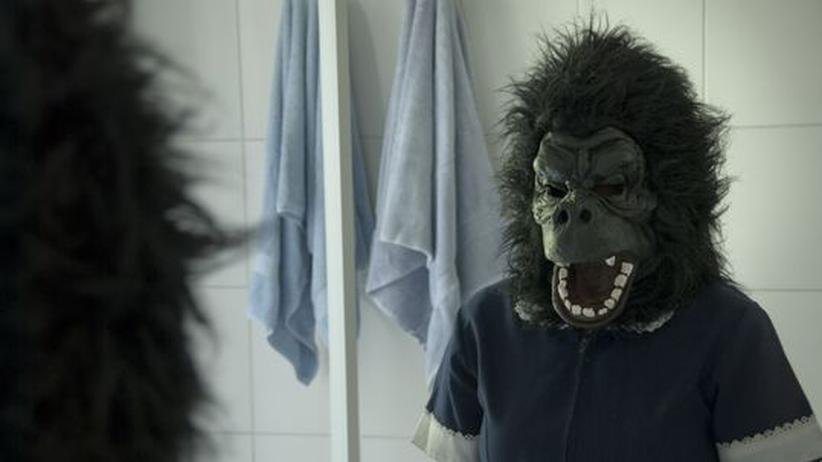 "Kino ""La Nana – Die Perle"": Raquel (Catalina Saavedra) mit Affenmaske"