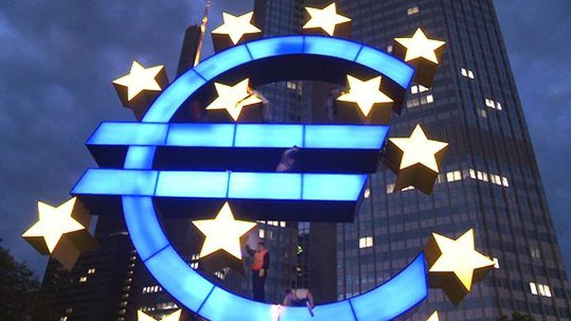 """Film """"Nichts ist besser als gar nichts"""": Eine Putzkolonne bringt das Euro-Symbol vor der Europäischen Zentralbank zum Strahlen"""
