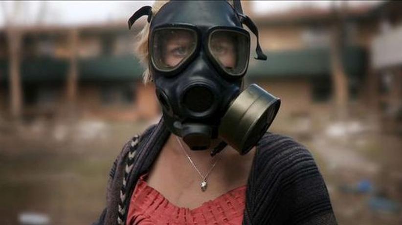 """""""Monsters"""": Sam (Whitney Able) muss durch die infizierte Zone, in der die Menschen mit allen Mitteln gegen das ihnen fremde Leben kämpfen"""