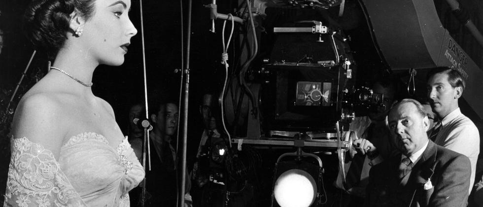 """Elizabeth Taylor mit Regisseur Victore Saville am Set von """"Verschwörer""""."""