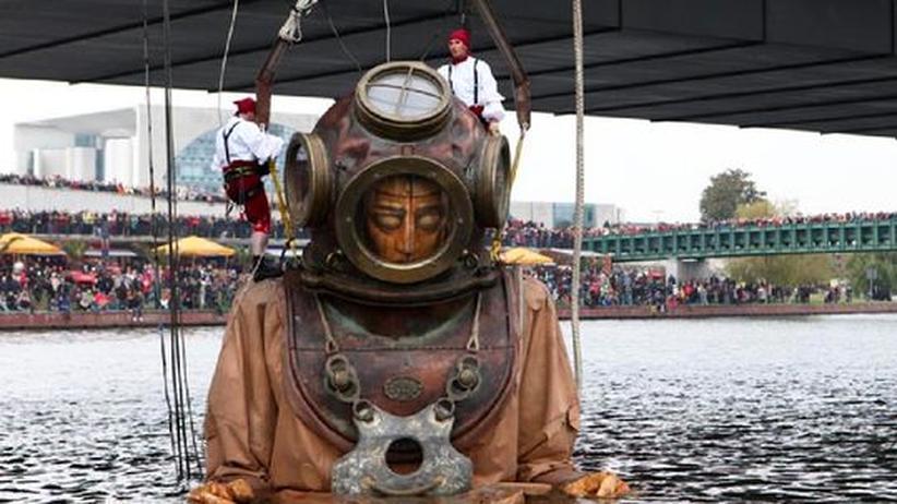 """Interaktiver Film """"In situ"""": Ein Riese auf Tauchgang? Die Straßentheatergruppe """"Royal de Luxe"""" aus Nantes arbeitet mit überlebensgroßen Marionettenfiguren."""