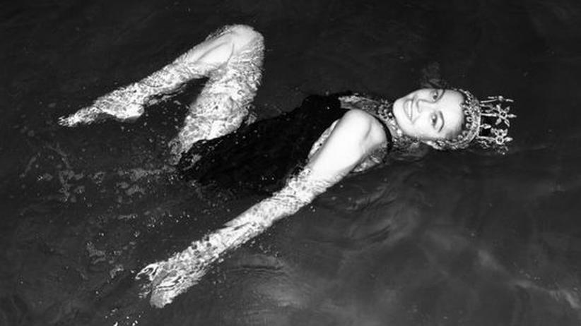 Esther Williams: Die Schwimmgöttin und Hollywood-Diva Esther Williams 1956 im Wembley Pool.