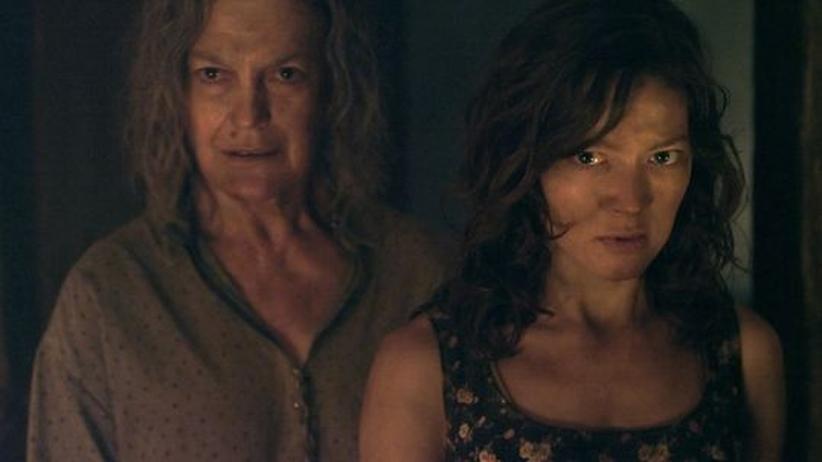 """Im Dunklen wartet eine andere Bedrohung: Angela Winkler und Hannah Herzsprung in """"Hell"""""""