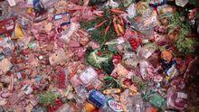 In einem Müllcontainer liegen Nahrungsmittel.