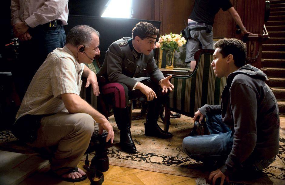 """Für """"Operation Walküre"""" kam Tom Cruise (als Graf von Stauffenberg, Mitte) nach Babelsberg (rechts von ihm Regisseur Brian Singer). Diese Szene wurde in einer Potsdamer Villa gedreht, in der der Sprengstoff für das Hitler-Attentat versteckt worden war."""