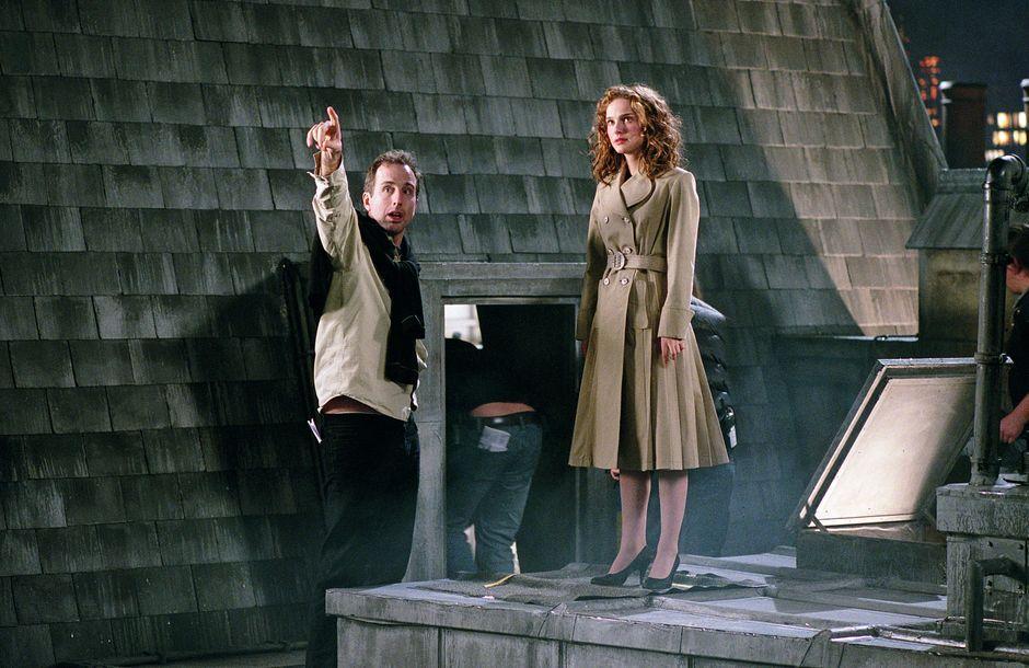 """Natalie Portman 2005 in einem der großen Innenstudios von Babelsberg: Das Dach, auf dem sie steht, wurde für unterschiedliche Einstellungen mehrfach nachgebaut. """"V wie Vendetta"""" ist die Verfilmung des gleichnamigen Comics, Regie führte James McTeigue (links)."""