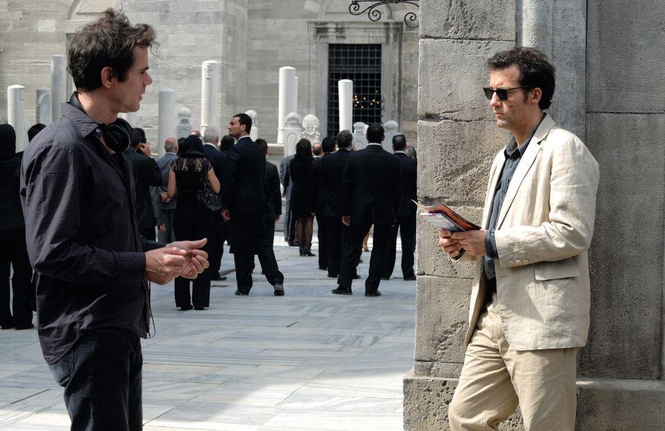 """Der Regisseur Tom Tykwer (links) ließ für seinen Bankenkrimi """"The International"""" das New Yorker Guggenheim-Museum in Babelsberg nachbauen. Diese Szene mit Clive Owen entstand in Istanbul – das Studio produziert auch außerhalb von Potsdam."""