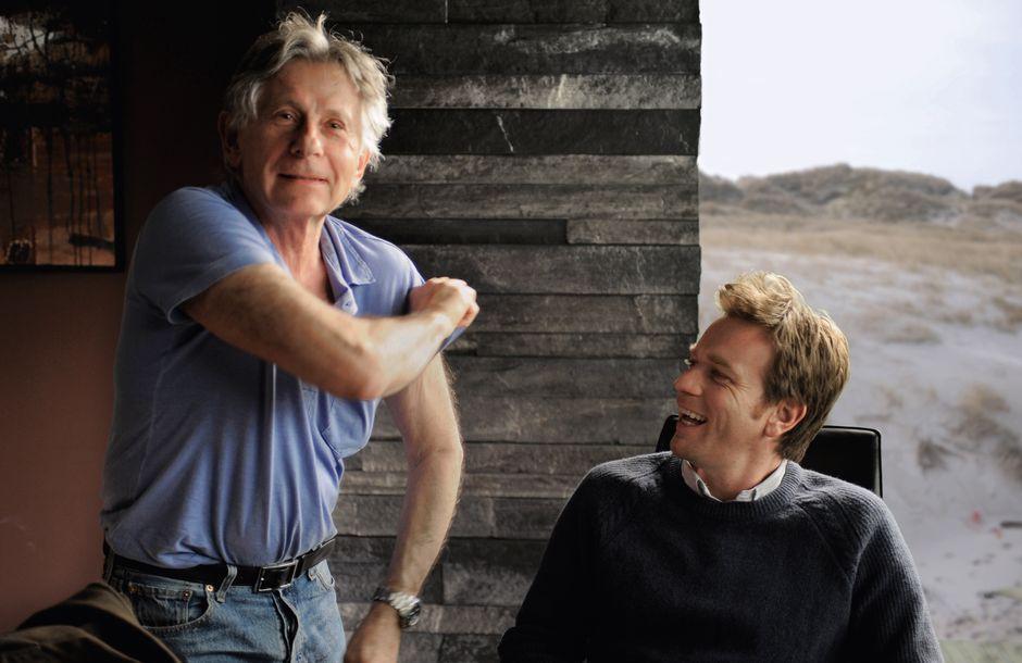 """Roman Polanski (links) kam nach """"Der Pianist"""" noch einmal zu Dreharbeiten nach Babelsberg: 2010 filmte er dort den Politthriller """"Der Ghostwriter"""". Hier sind er und Ewan McGregor (rechts) in einer Halle in Babelsberg zu sehen – die Dünen sind per Computer eingefügt."""