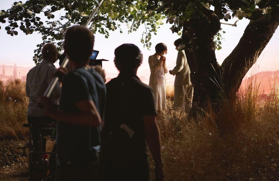 """Der Iran in Babelsberg: Der Baum aus """"Huhn mit Pflaumen"""" 2011 gedreht, wurde aus einem Kirschbaumstumpf gebaut. Der Hintergrund, vor dem Mathieu Almaric und Golshifteh Farahani stehen, ist von Hand gemalt."""